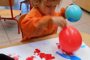 PK1 - krullenbol stempelen met ballonnen in het ritme van het lied